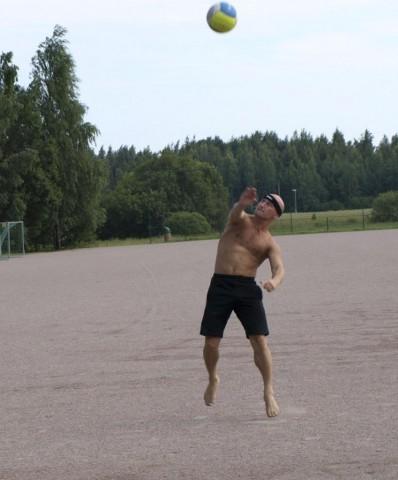Лето, волейбол, подача.