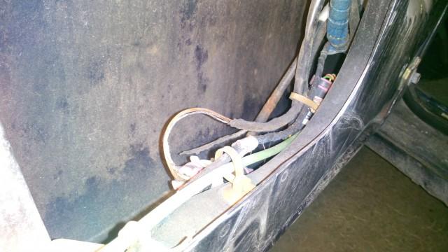Выгоревший провод на подогрев зеркала в пучке с другими проводами