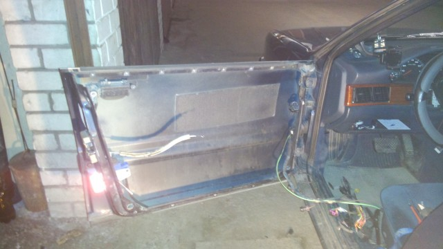Дверь, без окна и зеркала, оно снято целиком вместе с внутренней рамой