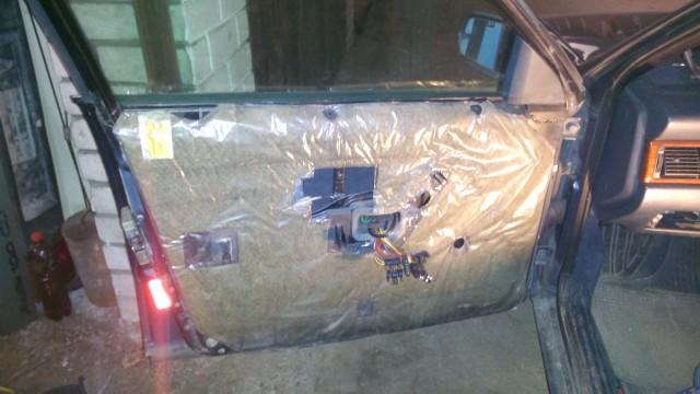 Снятая обшивка двери, под ней шумо и теплоизоляция