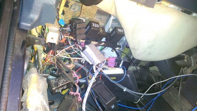 Что творится под панелью приборов - все релёшки болтаются на проводах в одной куче
