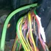 Много переломленных проводов на стыке двери и кузова