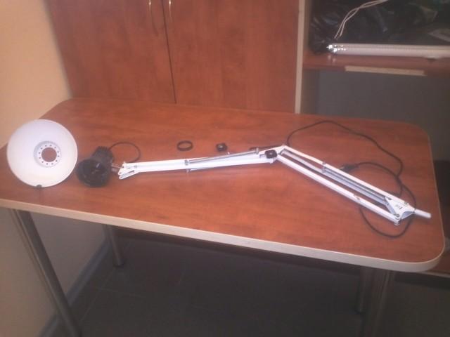 сломанная настольная лампа